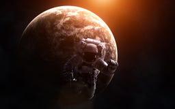 Astronaut op de achtergrond van een exoplanet in warm licht De elementen van het beeld worden geleverd door NASA Royalty-vrije Stock Foto's