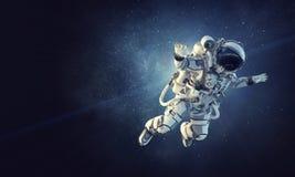 Astronaut op ruimteopdracht Gemengde media stock afbeelding