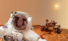 Astronaut på Mars - beståndsdelar av detta bild som möbleras av NASA Fotografering för Bildbyråer