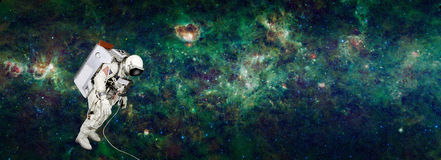 Astronaut in ruimte met melkachtige manier als achtergrond Stock Afbeeldingen