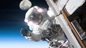 Astronaut som arbetar på ett rymdskepp Beståndsdelar av bilden som möbleras av NASA arkivfilmer