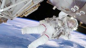 Astronaut som arbetar på rymdstation ovanför jorden stock video