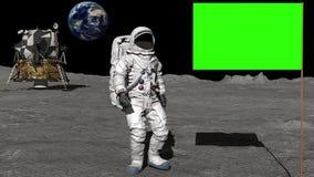 Astronaut som går på månen och saluterar den gröna skärmflaggan royaltyfri illustrationer