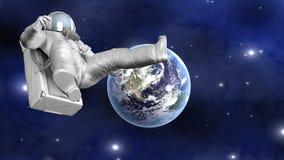 Astronaut som svävar långt från jord Arkivfoto