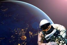 Astronaut spacewalk bij nacht van de donkere kant van de aardeplaneet Elementen van dit die beeld door NASA F wordt geleverd vector illustratie
