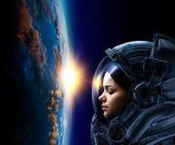 Astronaut und Planet, menschlich im Raumkonzept lizenzfreies stockbild