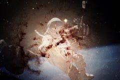 Astronauta allo spacewalk Bellezza di spazio profondo fotografia stock