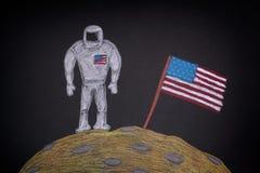 Astronauta americano con la bandera americana en la luna Imagenes de archivo