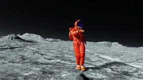 Astronauta bada wokoło i tanczy w pomarańczowym exo kostiumu