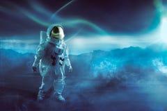 Astronauta che cammina su un pianeta inesplorato Fotografia Stock