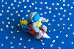 Astronauta che viaggia dall'astronave nell'estratto dello spazio fotografia stock libera da diritti