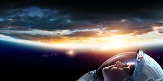 Astronauta de sexo femenino en espacio en órbita del planeta libre illustration