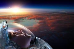 Astronauta de sexo femenino en espacio en órbita del planeta stock de ilustración