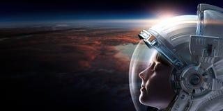 Astronauta de sexo femenino en espacio en órbita del planeta ilustración del vector