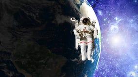 Astronauta en espacio abierto delante de la tierra libre illustration