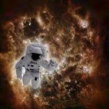 Astronauta en espacio con la galaxia en fondo Imagen de archivo