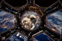 Astronauta en espacio exterior fotografía de archivo