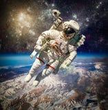 Astronauta en espacio exterior Fotos de archivo