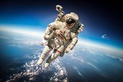 Astronauta en espacio exterior Imagenes de archivo