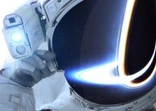 Astronauta en espacio exterior contra el contexto de Foto de archivo