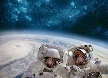 Astronauta en espacio exterior contra el contexto del eart del planeta foto de archivo