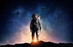 Astronauta en espacio exterior Técnicas mixtas fotos de archivo
