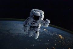 Astronauta en espacio exterior Tierra del fondo Elementos de esta imagen equipados por la NASA Imagenes de archivo