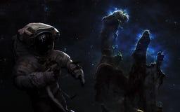 Astronauta en espacio profundo Pilares de la creación, cúmulos de estrellas Arte de la ciencia ficción Los elementos de la imagen fotografía de archivo libre de regalías