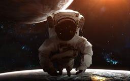 Astronauta en espacio profundo Planetas, nebulosas, cúmulos de estrellas Arte de la ciencia ficción Los elementos de la imagen fu foto de archivo