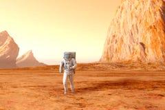 Astronauta en Marte Fotos de archivo libres de regalías