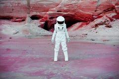 Astronauta futurista em um outro planeta, imagem com Imagem de Stock Royalty Free