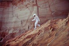 Astronauta futurista em um outro planeta, imagem com Fotografia de Stock