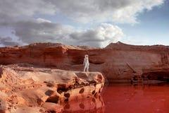 Astronauta futurista em um outro planeta, imagem com imagens de stock