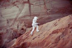 Astronauta futurista em um outro planeta, imagem com foto de stock