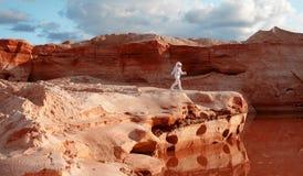 Astronauta futurista em um outro planeta, imagem com o efeito da tonificação Imagens de Stock