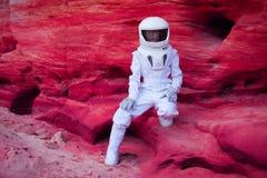 Astronauta futurista no planeta cor-de-rosa louco, imagem fotos de stock