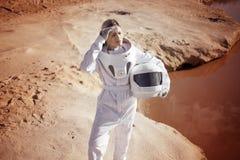 Astronauta futurista sem um capacete em um outro planeta, imagem com o efeito da tonificação Imagem de Stock Royalty Free