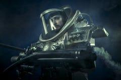 Astronauta, guerreiro da fantasia com a arma de espaço enorme Foto de Stock Royalty Free