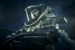 Astronauta, guerriero di fantasia con l'arma spaziale enorme Fotografia Stock Libera da Diritti