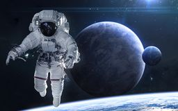 Astronauta na tle planety w g??bokiej przestrzeni Pi?kny pozaziemski krajobraz w b??kita ?wietle Nauki fikcja fotografia stock