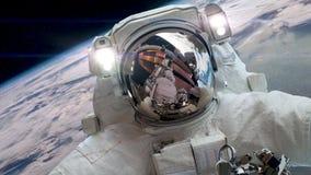 Astronauta na zewnątrz międzynarodowej staci kosmicznej na spacewalk zbiory