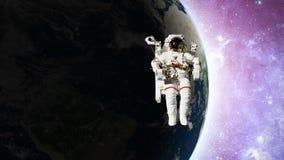 Astronauta nello spazio aperto davanti a terra archivi video