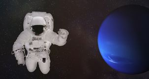 Astronauta nello spazio cosmico vicino al Nettuno fotografia stock