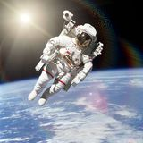Astronauta no espaço no fundo da terra imagem de stock royalty free