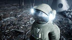 Astronauta no medo e no horror da floresta da noite da névoa lugar de aterrissagem animação 4K rendição 3d ilustração royalty free