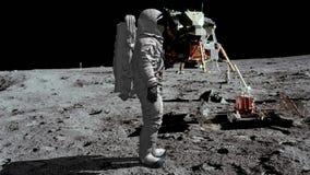 Astronauta odprowadzenie na falowaniu i księżyc jego ręka zbiory