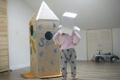 Astronauta pequeno pronto para viajar às estrelas Foto de Stock Royalty Free