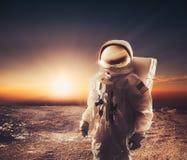 Astronauta que anda em um planeta inexplorado fotos de stock