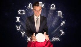 Astronauta que busca la inspiración en su bola mágica cristalina imágenes de archivo libres de regalías