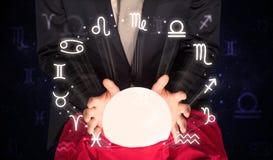 Astronauta que procura a inspiração em sua bola mágica de cristal foto de stock